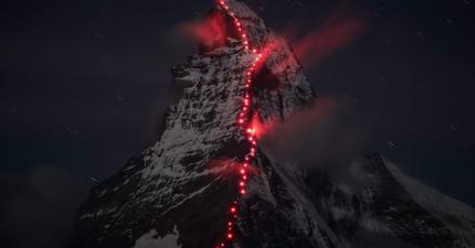 阿爾卑斯山上出現了很多不尋常的紅點,近看你就會發現是...!