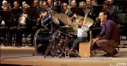他們讓這個3歲小鼓手跟交響樂一起演奏,因為到他Solo的時候...WOW!