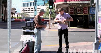 膽子很大的魔術師把街角一名很好心的流浪漢的求助牌子撕碎,但馬上給了他一個最棒的驚喜。