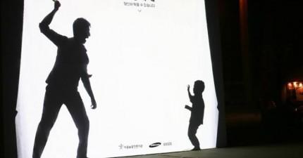 往這個投影螢幕多走近一步,你就可以拯救一名受到家暴的孩子。