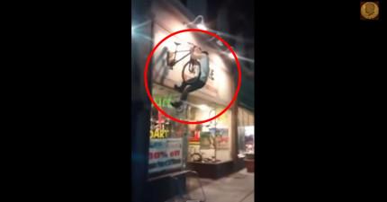 全世界最爛的朋友一直鼓勵已喝醉的好友去騎掛在2樓的腳踏車。