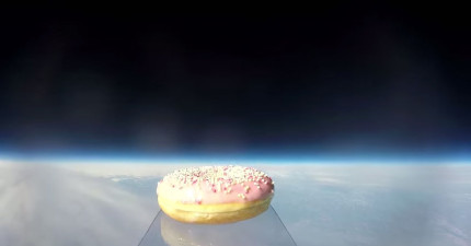 這兩兄弟是第一個把甜甜圈送到外太空的人,直接拍到了外太空的美景!