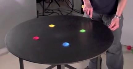 這個藝術家在桌上放了4團彩色沙子,然後開始振動桌子...WOW!