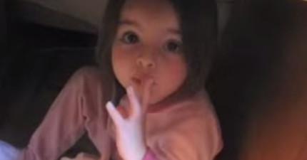 這個小女孩鬼鬼祟祟偷吃糖還想跟媽媽串謀湮滅證據,可愛到差點沒讓我報警逮捕她!