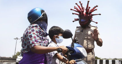 印度警察把自己變成「冠狀病毒」路邊攔檢:再亂亂跑,會感染全家