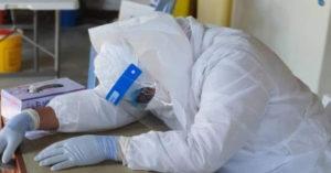 前線抗疫醫趴桌一睡「再也沒醒來」 防護衣「來不及脫」成人生最後一張照