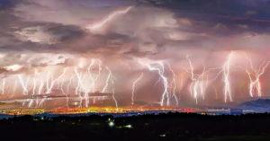 攝影師拍到「雷神大發飆」罕見奇景 天空出現「50道閃電」!
