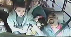 司機突向後倒!13歲勇敢少年「衝前飛撲」救下15名同學