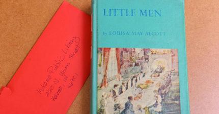11歲時借書...逾期52年才還!阿嬤「開天價支票」給圖書館